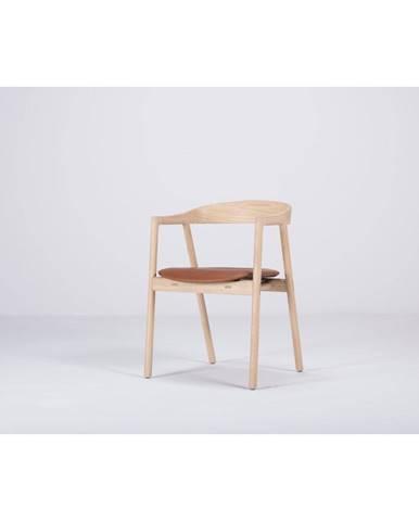 Jedálenská stolička z masívneho dubového dreva s koňakovohnedým sedadlom Gazzda Muna