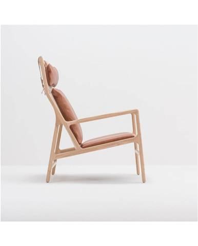 Kreslo s konštrukciou z masívneho dubového dreva a koňakovohnedým sedadlom z byvolej kože Gazzda Dedo