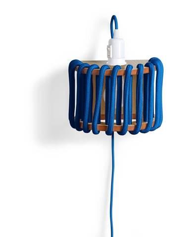 Modrá nástenná lampa s drevenou konštrukciou EMKO Macaron, dĺžka 20 cm